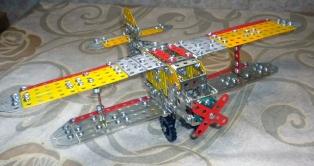 Самолет, собранный из металлического конструктора